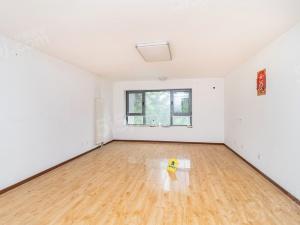 华侨城1号院 三室两厅两卫 五期新房 低层 房与绿色平行